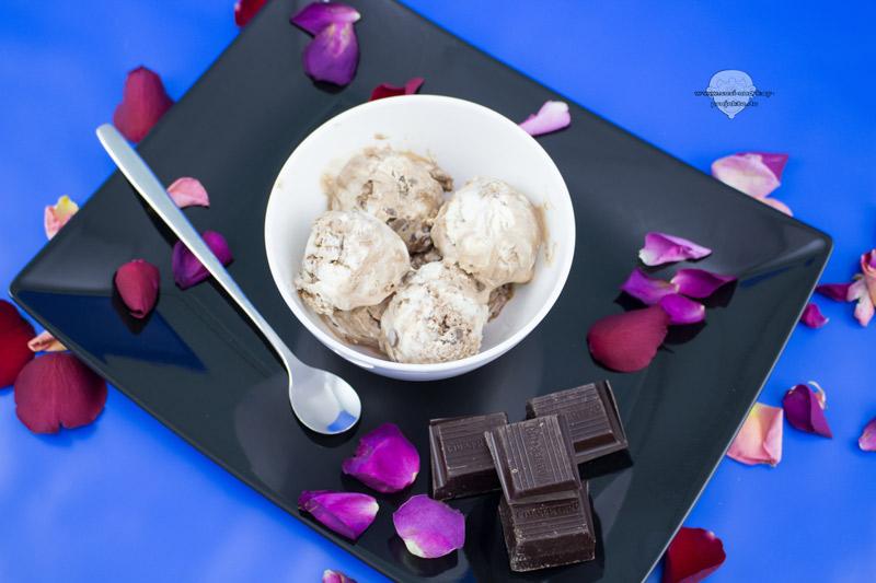 Schokoladeneis-mit-Sahne-und-Ganache