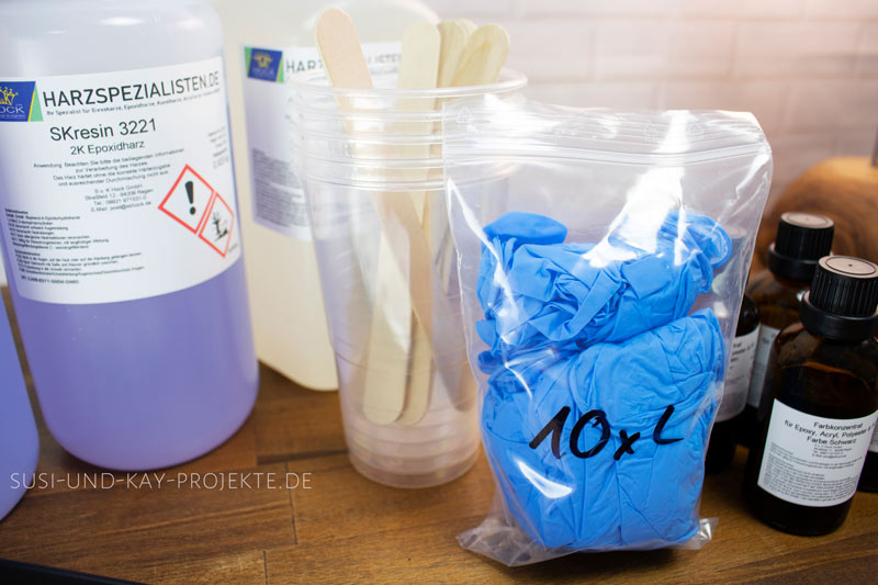 Epoxidharz-von-Harzspezialisten-Handschuhe-Messbecher