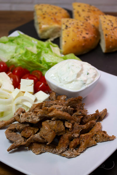 Allgäumetzger-Qualität-Gyros-mit-Salat-und-Käse
