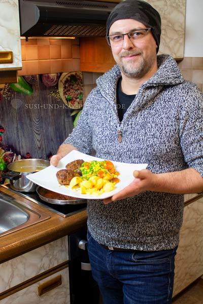 Kay-beim-Kochen-mit-Onyx-Bratpfanne