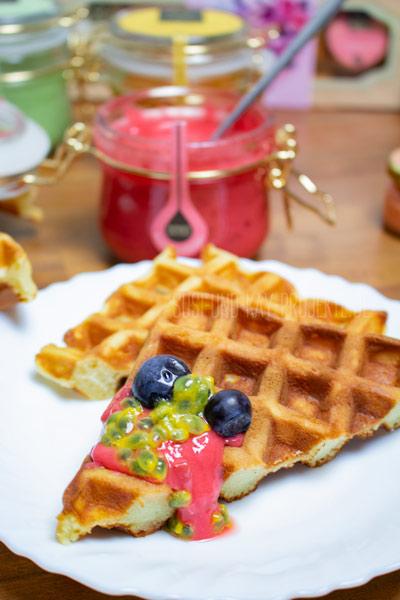 Ostok-Honig-Soufflé-mit-Waffeln-und-Früchten